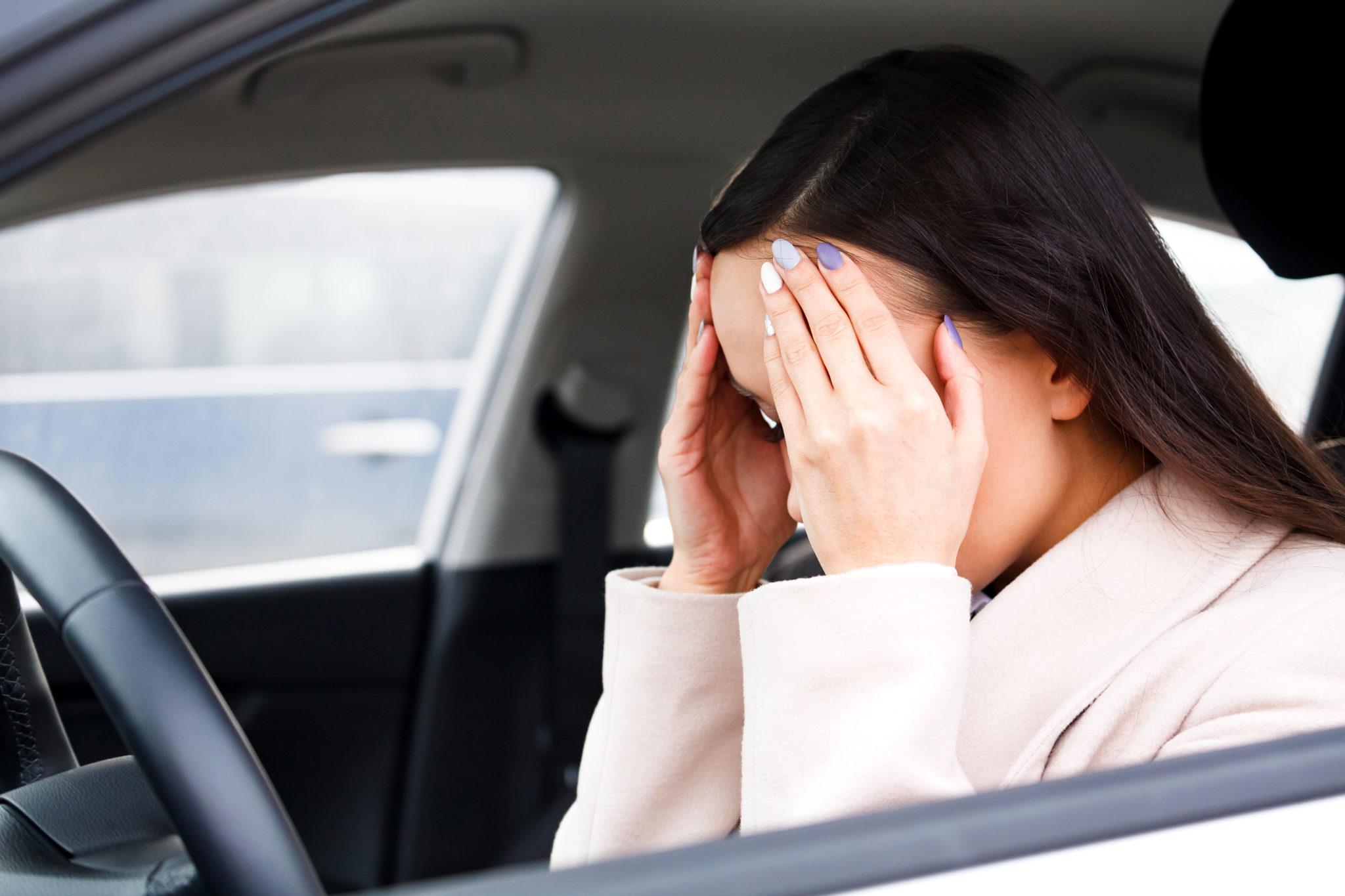 woman holding head brain fog symptom